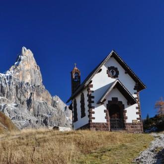 La chiesetta di Passo Rolle con il Cimon della Pala...