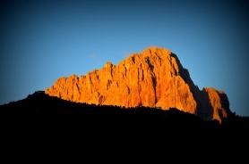 La luce del sole che sorge si rifrange sul Sassolungo (Selva Gardena)