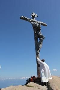 Santa Messa celebrata sotto il Crocifisso posto sulla cima del Rasciesa di Fuori in Val Gardena