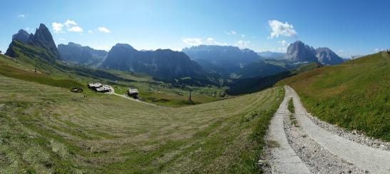 Panorama estivo della Val Gardena dal Seceda