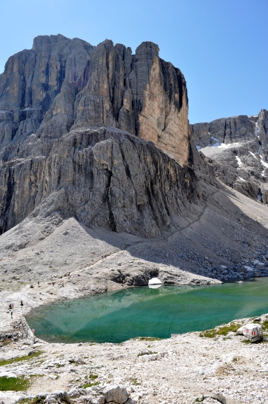 L'imponente cima del Pisciadù con il laghetto sottostante