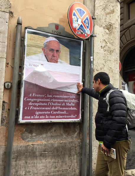 Manifesti contro Francesco